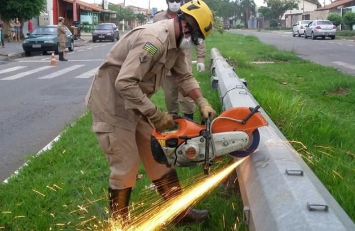 Corpo em decomposição é localizado dentro de poste em Goiânia (Foto: Divulgação/Corpo de Bombeiros)