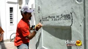 Homem recupera inscrições no túmulo do pai