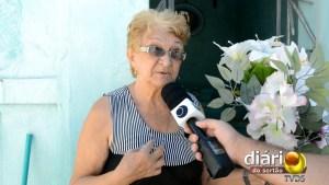 Dona Francisca limpa os jazigos duas vezes por mês