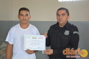 Valderi recebe diploma do diretor do presídio