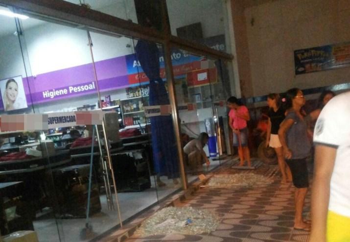 Durante a ação, o supermercado teve suas portas destruídas