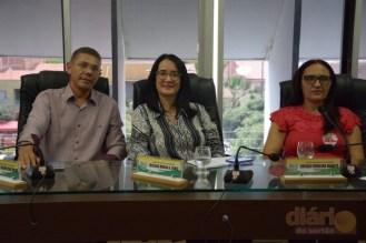 Vereador Jacaré ao lado da vereadora Josalba Alencar durante a audiência pública.