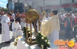 Católicos participam da procissão de Corpus Christi
