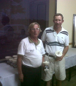 Oscar Cobas, vicepresidente de Fenoba, entrega el premio  a Claudio Quintana,ganador en Pre-senior Cat. 0-12