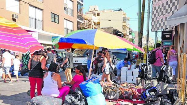Sombrillas-desparramada-ilegal-Once-Flores_IECIMA20160111_0005_7