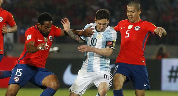 Chile's Jean Beausejour and Chile's Francisco Silva vie for the ball with Argentina's Lionel Messi during their Russia 2018 FIFA World Cup South American Qualifiers' football match, in Santiago on March 24, 2016.   AFP PHOTO / CLAUDIO REYES / AFP / Claudio Reyes