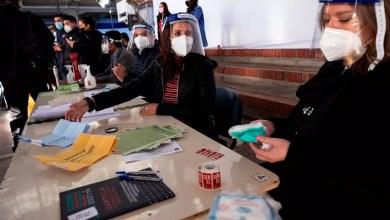 Photo of Abren los colegios electorales para comicios constituyentes en Chile