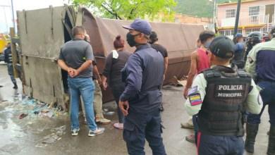 Photo of Camión de alimentos se volcó en Puerto La Cruz y luego fue saqueado
