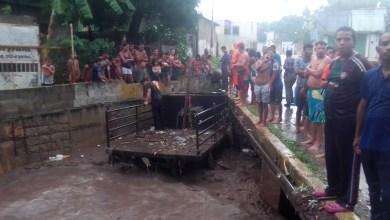 Photo of Corriente de agua de lluvia arrastró un camión hasta una quebrada en Puerto la Cruz