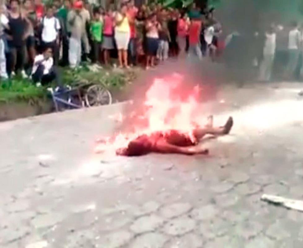 Diario Extra  Turba calcina mujer por matar taxista