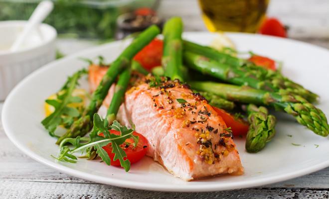 Recetas de platos principales para Navidad: salmón con verduras