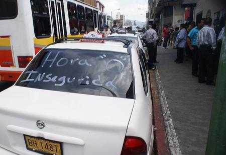 Al menos unas 35 trabajadores del volante se movilizaron el día de ayer por todo el casco central de la capital mirandina para llamar la atención de las autoridades para que se aboquen a esta situación de inseguridad con lo que tienen que lidiar cada día.