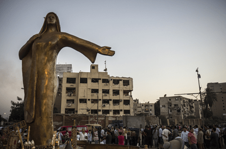 Al menos seis policías resultaron heridos en El Cairo la noche del miércoles al jueves por la explosión de un coche-bomba delante de su comisaria