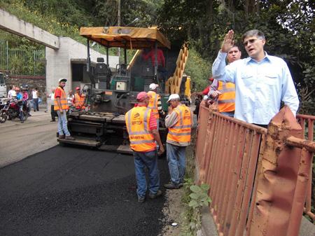 Cinco kilómetros serán asfaltados en la primera etapa de recuperación de la carretera vieja Caracas- Los Teques, anunció el coordinador del Fondo Nacional de Transportistas y candidato que encabeza la lista por el PSUV en Miranda a la Asamblea Nacional, Haiman El Troudi.