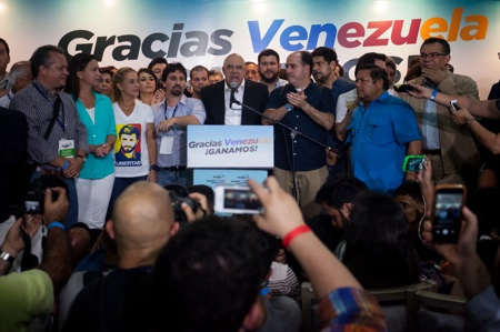 """CNE ANUNCIA QUE LA OPOSICI""""N GANA LAS ELECCIONES VENEZOLANAS CON 99 DIPUTADOS"""