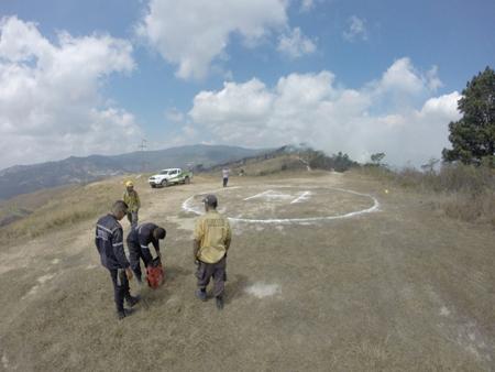 Bomberos y voluntarios cumplen 4 días combatiendo las llamas. Piden activación de helicóptero.