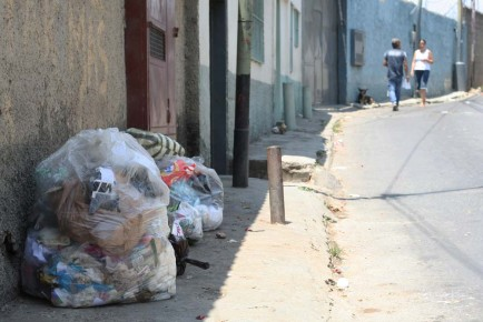Múltiples desechos se observan en diversas partes de la comunidad