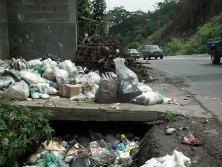 """Montañas de basura dan la """"bienvenida"""" a la comunidad"""