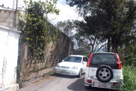 Muro se encuentra a punto de obstaculizar la carretera