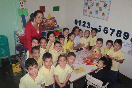 Estudiantes elaboraron presentes para el Día de la Madre