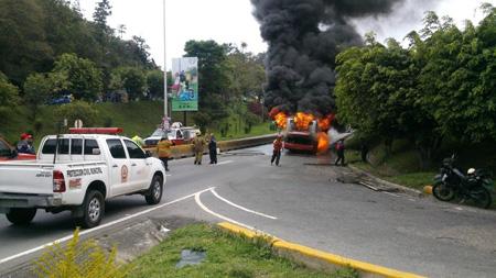 El incendió generó retraso vehicular la tarde de este lunes.