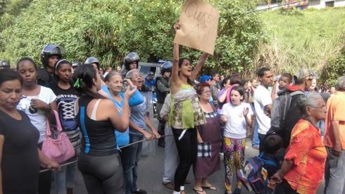 La protesta originó largas colas en ambos sentidos de la vía expresa