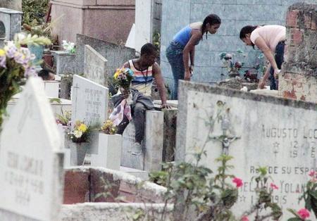 El Día de los Difuntos pasó por debajo de la mesa en cementerios de los Altos Mirandinos