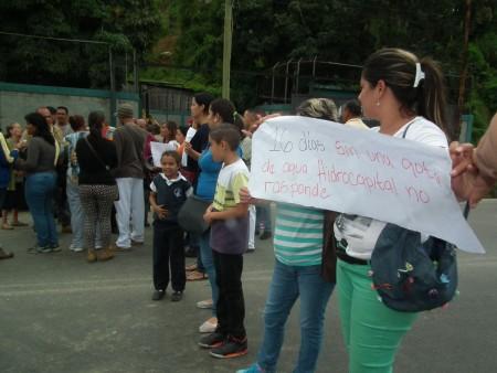 Vecinos del sector trancaron la carretera Panamericana para solicitar respuestas a Hidrocapital y a representantes de la Alcaldía del municipio Guaicaipuro