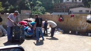 Familias enteras buscan entre desperdicios alimentos