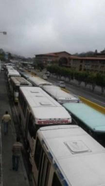 Tras caravana estacionaron las unidades en la recta de Las Minas.