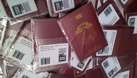 """Transparencia Venezuela denuncia """"discriminación"""" en la entrega de pasaportes"""