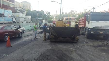 La Dirección de Ingeniería de la Alcaldía de Carrizal realizará el día de hoy el asfaltado del otro tramo de la avenida El Lago entre la clínica y el centro comercial de Montaña Alta