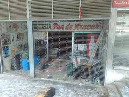 TENSA CALMA Tras una intensa jornada de protestas la mayoría de los comerciantes decidió no abrir este viernes, mientras que trabajadores de la alcaldía retiraron los destrozos causados por los manifestantes.  Fotos: Deysi Peña