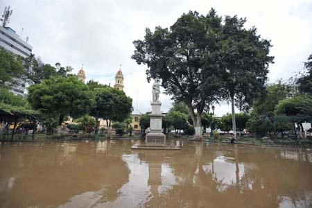 Vista del martes 28 de marzo del 2017, de la inundada Plaza de Armas de la ciudad de Piura a unos 1000 kms. al norte de Lima (Perú)
