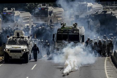Los bloqueos fueron despejados con ráfagas de lacrimógenas de uniformados