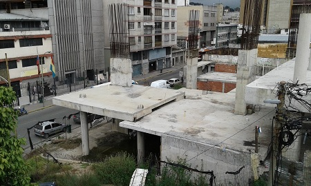 Lo que sería el teatro de Los Teques es hoy una estructura abandonada en la que vive una familia en situación de calle.
