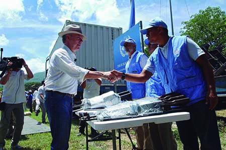 Santos, que estaba en mangas de camisa y sombrero, puso candado al contenedor con los últimos fusiles que recibió la misión de Naciones Unidas.