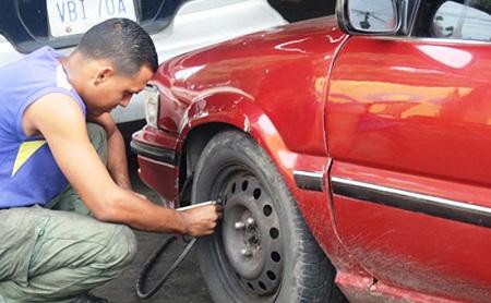 Transportistas pagan de Bs 10 mil en adelante por parches para chivas Foto: Deysi Peña