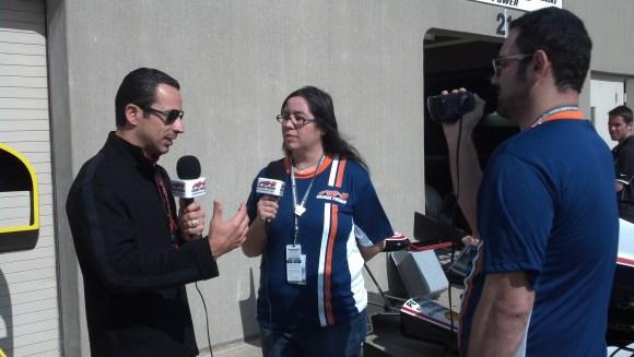 A equipe do TV GP em Indianapolis, com Suprema Evelyn entrevistando Helio Castroneves sob o olhar eletrônico de Victor Martins (Foto Americo Teixeira Jr.)