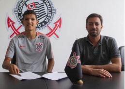 Centroavante Matheus Matias assina com Corinthians e faz até gol no primeiro treino