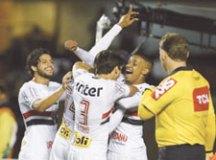 Jogadores comemoram gol de Bruno Alves no Morumbi. Foto: Rubens Chiri/SPFC