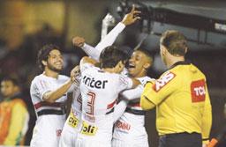 Com time misto, São Paulo bate o Paraná na estreia