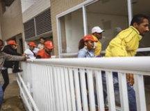Cerca de 30 militantes do MTST invadiram ontem (16) o edifício Solaris, onde fica o tríplex atribuído ao ex-presidente Lula. Foto: Marcelo Justo/Folhapress