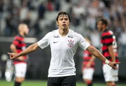 Romero marca dois, Corinthians vence e avança