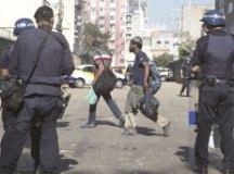 De acordo com a Polícia Militar, a confusão começou quando agentes da GCM abordaram um homem apontado como traficante, e os usuários reagiram.