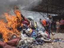 Brasileiros colocaram fogo em roupas e objetos dos venezuelanos após comerciante ter sido agredido por suposto grupo de migrantes. Foto: Avener Prado/Folhapress