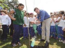 Morando planta pau-brasil na companhia de alunos da cidade
