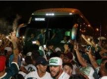 Torcida compareceu em peso ao aeroporto de Guarulhos para dar apoio ao Palmeiras. Foto: Cesar Greco/Agência Palmeiras