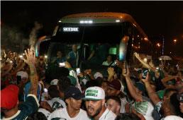 Centenas fazem festa no embarque do Palmeiras