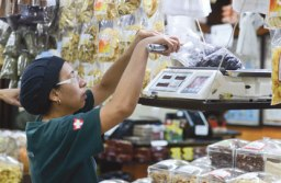 mercadão conta com 65 lojas, com diversos tipos de produtos, que vão de verduras, legumes, carnes e laticínios a calçados, roupas, papelaria e utensílios domésticos. Foto: Divulgação